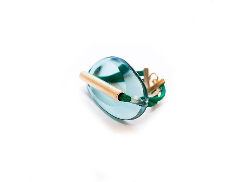 Marion Vidal - Bracelet Galet Esmeralda en plexiglas et laiton brossé doré 24 carats