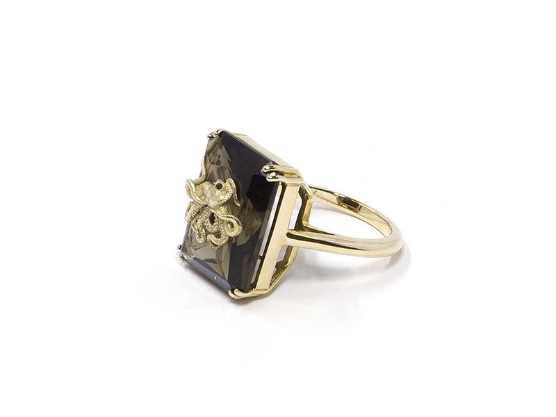 """Alexia Demblum - Bague """"Pulpo Smoky"""" en or jaune et quartz sertie de deux diamants noirs"""