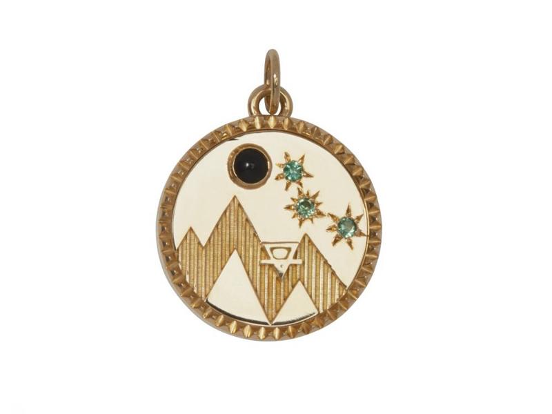 Foundrae - Médaillon de l'insigne de la Terre en or ornée d'onyx et de saphirs verts