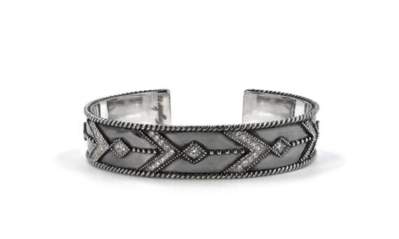 De Jaegher Broken arrow cuff mounted on sterling silver set with white diamonds - black rhodium