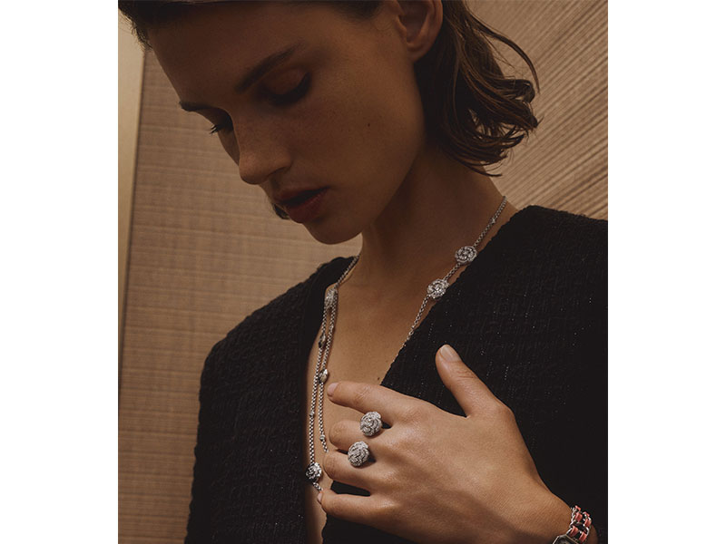 "Chanel - ""Camélia"" transformable necklace mounted on white gold with diamonds"