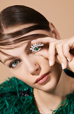 Look ring mounted on white gold set with diamonds and an emerald available on the eye of jewelry shop