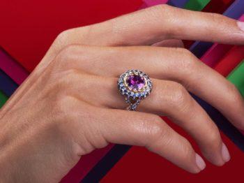 Mellerio convoque la couleur avec Color Queen, une collection de 10 bagues aux tonalités pop