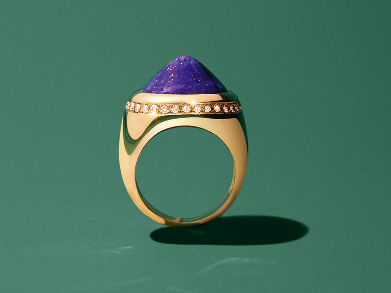 Dangleterre - CHEVALIER en Or jaune 18 carats, cabochon de Lapis Lazuli et couronne de diamants bruns chocolat